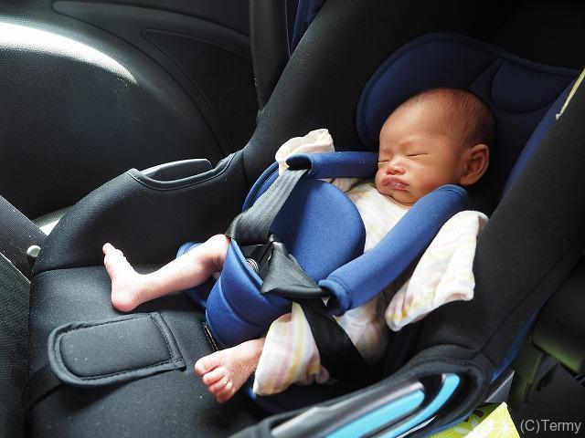新生児はチャイルドシートのベルトがゆるゆるなので調整が必要