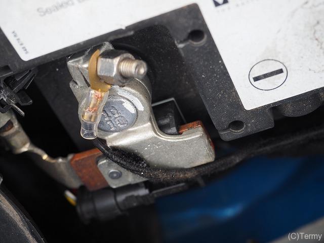 バッテリー製造年はバッテリー端子のボルトに刻印