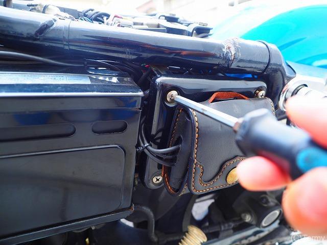 バッテリー交換に邪魔な横のカバー