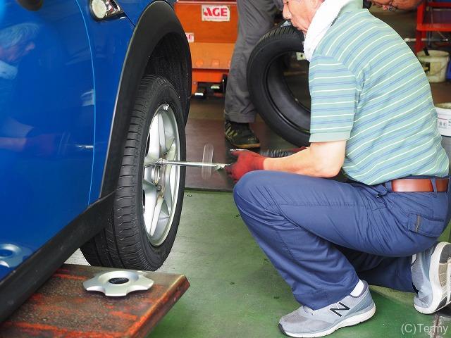 タイヤ取り付け作業