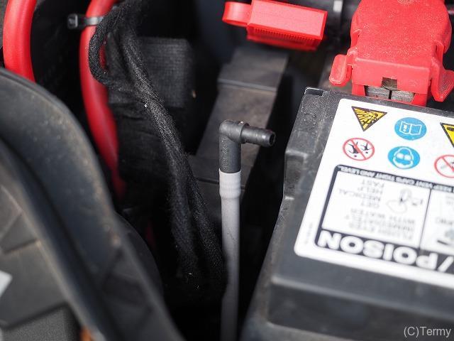 ミニクーパーSのバッテリーのガス抜きホース
