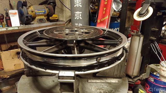 シール剤を塗布してタイヤ空気漏れ修理が完了