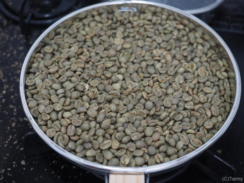コーヒーの生豆を焙煎機へ