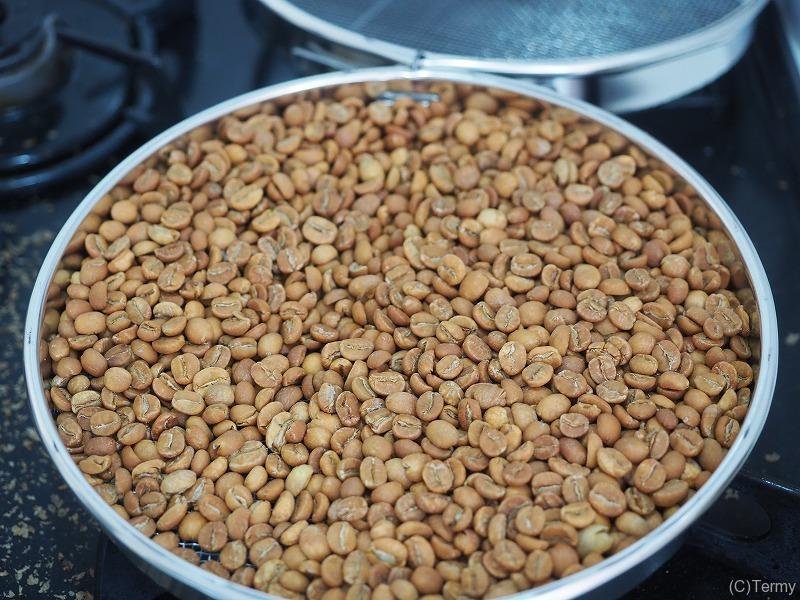 火が通り始めたコーヒーの生豆