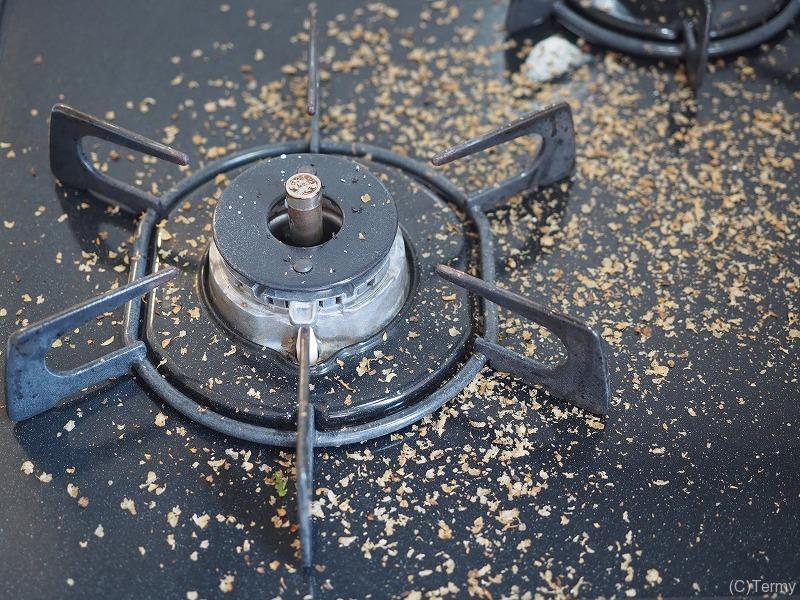 焙煎し終えたキッチンは豆の燃えカス(チャフ)まみれになる