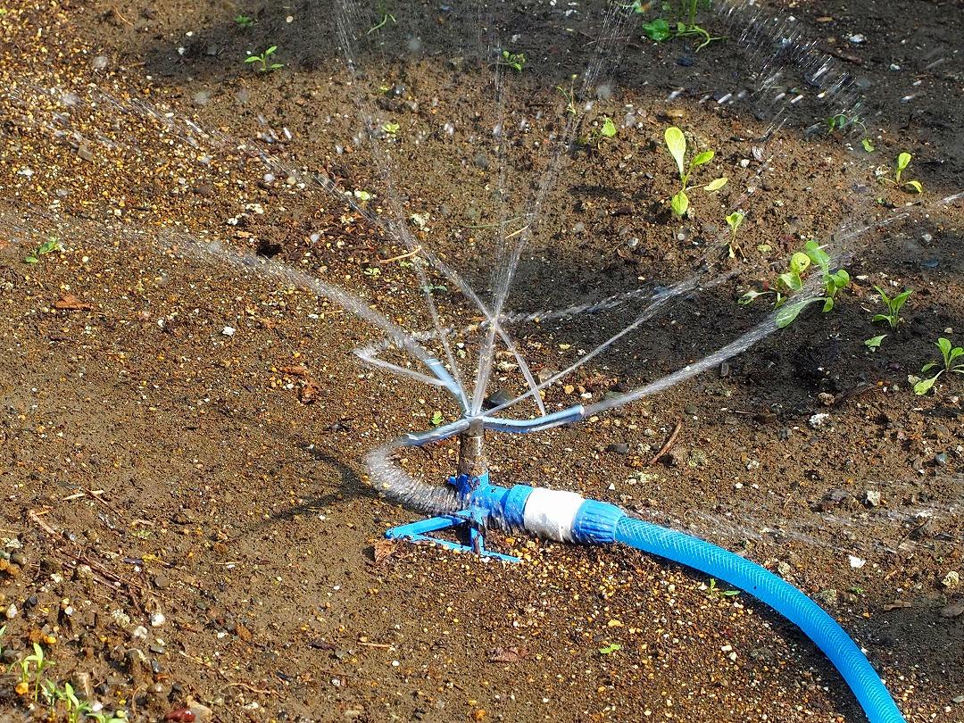 ホースからの水をいかに広い範囲に自動散水させるか